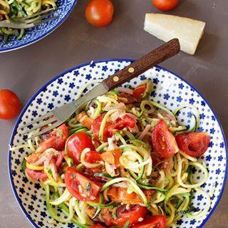 Spaghetti van #courgette met gekonfijte citroen, olijfjes, parmezaan en kerstomaten. Wat blokjes ham bij voor de vleesliefhebbers en brood om de heerlijke jus mee op te dippen. Meer heb je niet nodig op de laatste zomerdagen !! Geniet ervan #instafood #hapjesprincess #food #instapic #healthy #heerlijk #healthyfood #healthyfoodblog #gezondeten #gezondkoken #puur #puureten #purekeuken