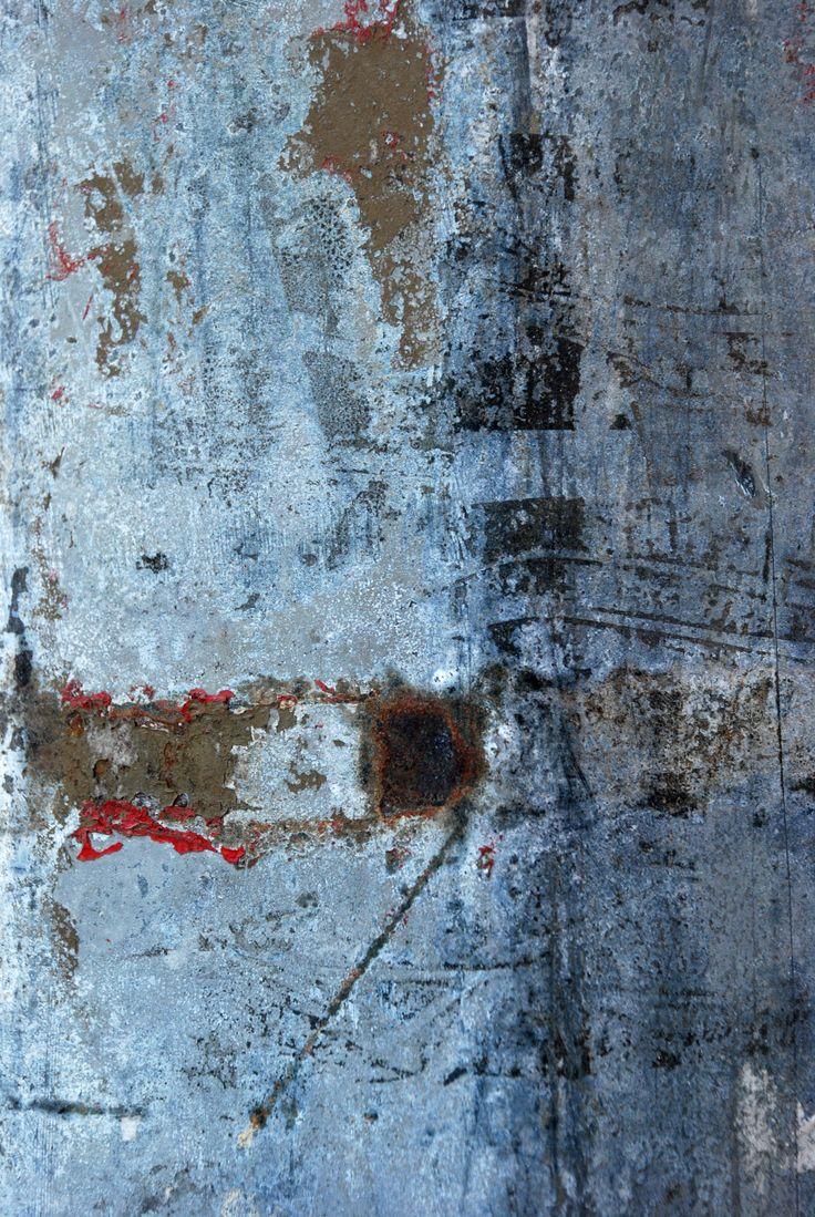 """Texte et photo BlandineCampion- """"le corps couché endolori / la tête heurte le même mur / et sombre lourd en sommeil / de ce côté-ci du rêve""""- 2015"""