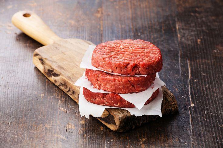 Preparación1. MEZCLA la cebolla y el ajo picados con la carne, salsas, mostaza y hierbas.2. BATE la yema con sal y pimienta. Agrega a la carne.3. FORMA las hamburguesas del tamaño que prefieras.4. CALIENTA un sartén a fuego medio y fríe la carne por ambos lados. También las puedes cocinar al horno o a la parrilla.