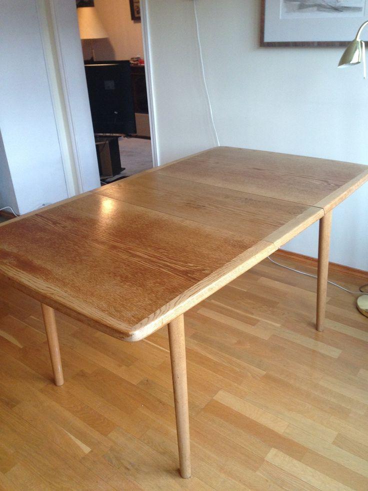 Eik spisebord med to plater 33x88cm som kan plasseres i bordet mår de ikke er i bruk. Bredde 88cm Lengde 118 cm, 151cm med en plate, 184 cm med to plater