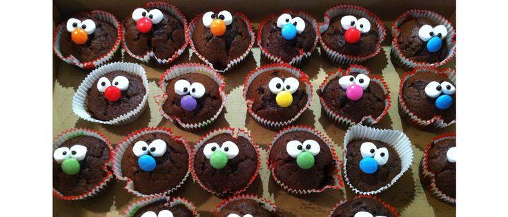 Nase aus Smarties, Augen aus Mini-Marshmallows, Pupillen aus schwarzer Zuckerschrift. Geklebt mit Zuckerguss auf Muffins.