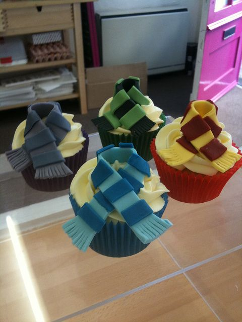 Harry Potter Cupcakes - How cute! But where's the Hufflepuff one?? I am personally offended; deeply.....
