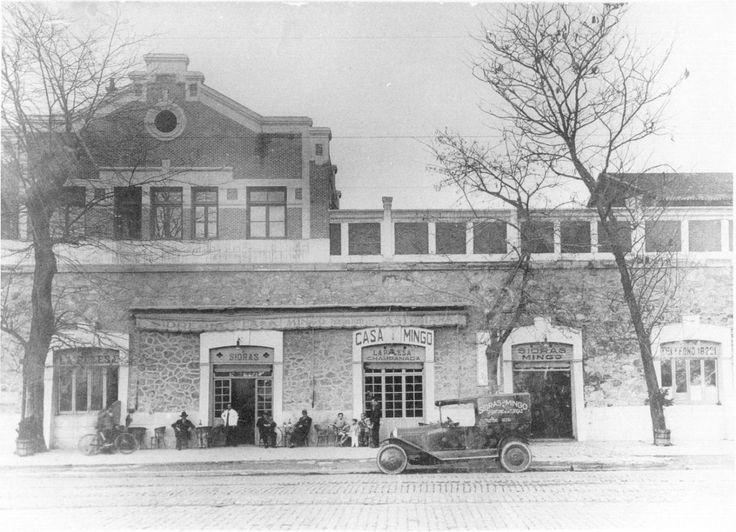 Popular restaurante madrileño donde se degustan principalmente pollo asado y sidra. Inaugurado en 1888. Asturianos que trabajaban en la Estación del Norte auspiciaron y acabaron por reunirse y abrigar el negocio de Casa Mingo.