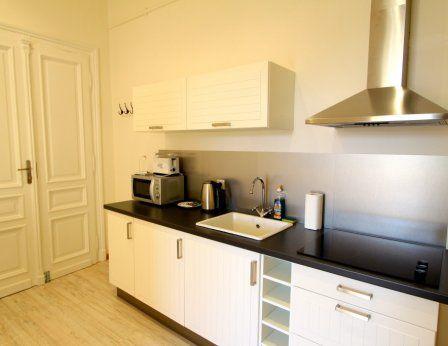 deux lits simples ou un lit double, une petite table  #Hôtels | #apartamentym | #hébergement | #Cracovie| #http://www.antiqueapartments.com/apartments