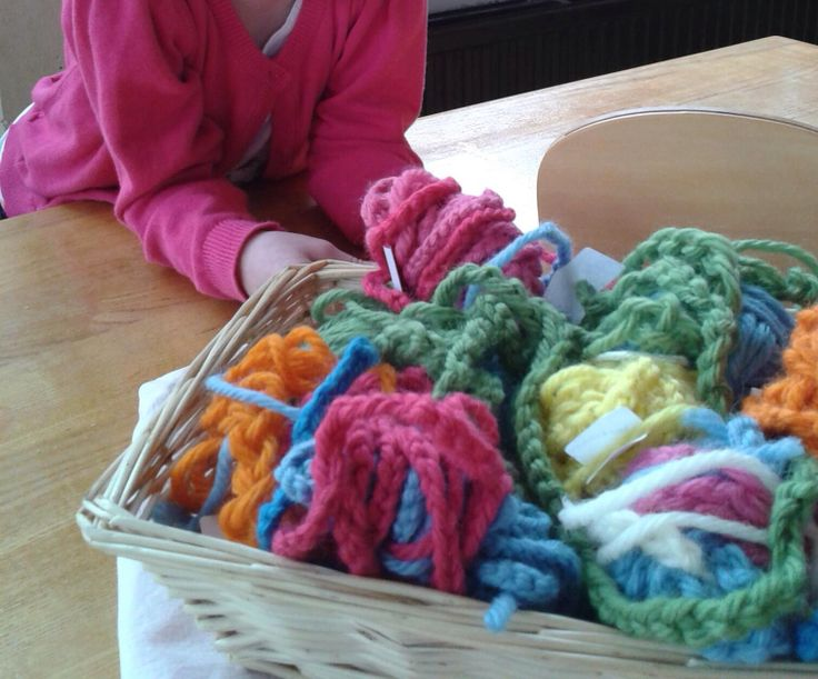 Vingerhaken met dikke wol, is een leuk werkje voor kleuters