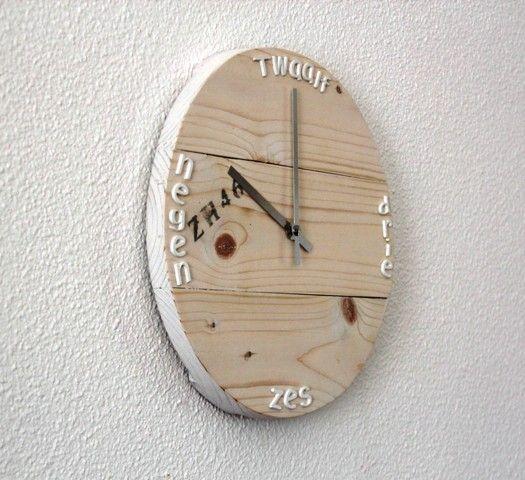 Rond diameter 27cm dikte 3cm whitewash met zendergestuurd uurwerk en kunststof letters