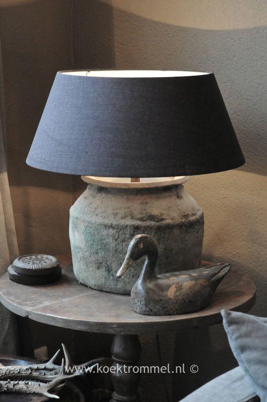 oude kruik met aparte vorm wordt lampvoet