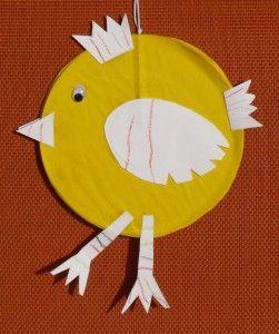 Kuřátko má bříško ze starého CD a pokud ho pověsíte přeškoláčkům na gumičku, můžou s kuřátkem ťapat ...