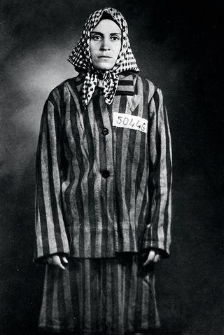 Neus Catala, combattant antifasciste et membre du PSUC (Parti Socialiste Unifié de Catalogne) dans sa jeunesse ainsi que le seul survivant de vie de Ravensbrück espagnol. Pendant la Seconde Guerre mondiale, des milliers de femmes emprisonnées pour des raisons politiques ou les raisons de refuser de se conformer aux arrêts dans le camp de concentration de Ravensbrück nazie, un centre pour les femmes seulement situés dans le nord-est de l'Allemagne.