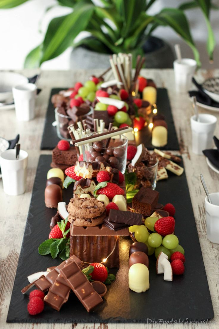 Das schokoladige Schlaraffenland … Tischdekoration zum Vernaschen! Wenn einem das Dessert schon zur Vorspeise anlächelt … ganz viel Schokolade in der Luft liegt … und man am Ende …