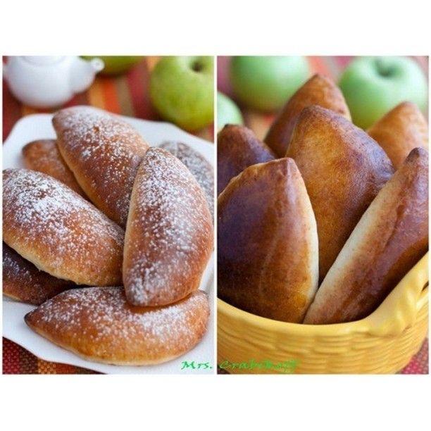 #ShareIG Пирожки с яблоками  Для теста: Мука - 300 г Творог - 125 г Сахар - 100 г Молок - 100 мл Растительное масло - 75 мл Разрыхлитель - 1 пакетик Ванилин Соль - 1/4 ч. л.  Для начинки: Яблоко - 4 шт. Сахар - 1 ст. л. Сливочное масло - 1 ст. л.  Для смазывания: Яйцо - 1 шт.  Приготовление:  1. Приготовить начинку. В сковороде распустить сливочное масло, добавить нарезанные яблоки и сахар. Сковороду накрыть крышкой, и потомить начинку на слабом огне до мягкости фруктов, 3-5 минут. Затем…