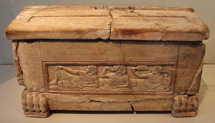 Chiusi (SI). Urna funeraria a forma di cassetta  in pietra fetida, 520-500 a.C. ca.