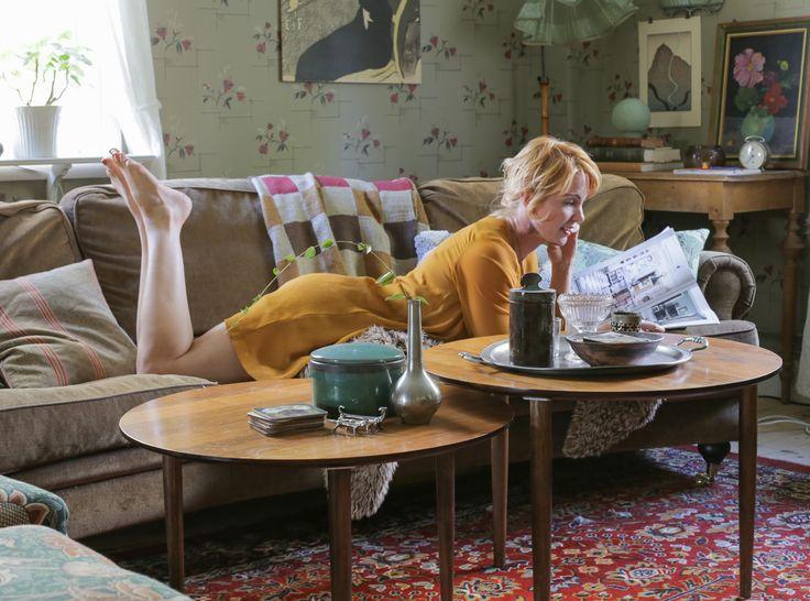 Svängd soffa i Howard-inspirerad modell från Uthuset, Uppsala. Soffbord från Mio. All annan inredning från auktioner eller loppisar. #inredning #återbruk #byggnadsvård
