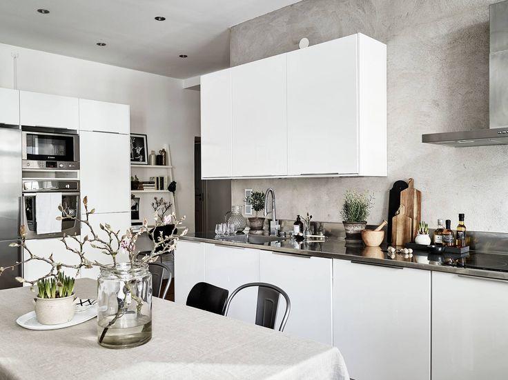 En mycket fin sekelskiftestrea med högt i tak och bevarade originaldetaljer såsom stuckatur, takrosett och kakelugn. Vardagsrummet och köket är i enhet i en stor öppen och luftig planlösning som bjuder in till umgänge i goda vänners lag. Höga fönsterpartier i djupa nischer fyller lägenheten med ljus, och när skymningen väl fallit utgör den eldningsbara … Continued