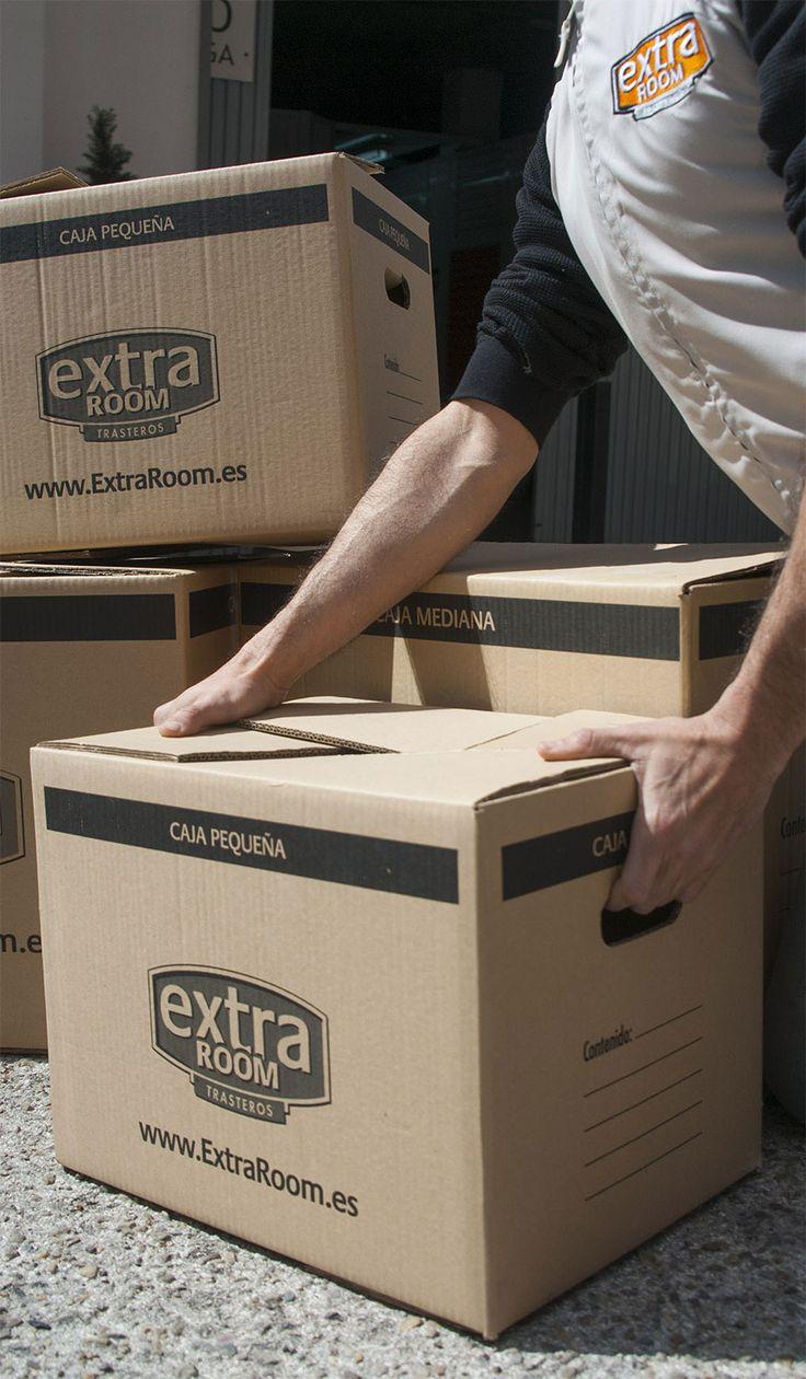 Para maximizar el espacio no uses más de 2-3 tamaños de cajas, el almacenamiento será más fácil. Aparte, utiliza cajas armario para guardar la ropa.