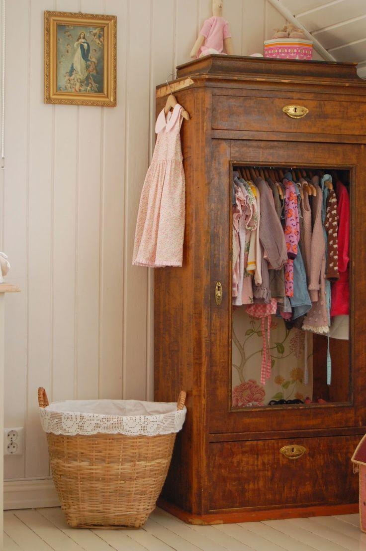 CHÂTEAU DE KONSTANSE / chambre d'enfant / armoire / vintage #chateau #konstanse #vin …  – Garderobe Vintage