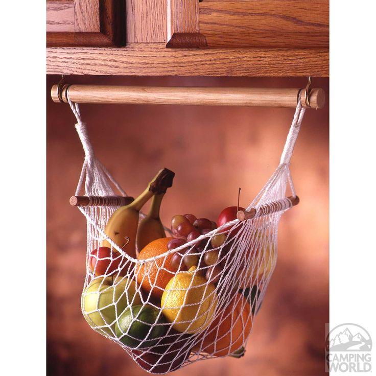 収納棚の下にハンギング  フックと突っ張り棒等のバーに、ハンモック状になるネットを合わせてフルーツや野菜をスッキリ収納。 床から浮かせると通気性も良く、邪魔にならないので嬉しいですね。 ネットだけではなく用途により、カゴや布袋等の持ち手をバーに通し、気になる収納を上手く収納できます。