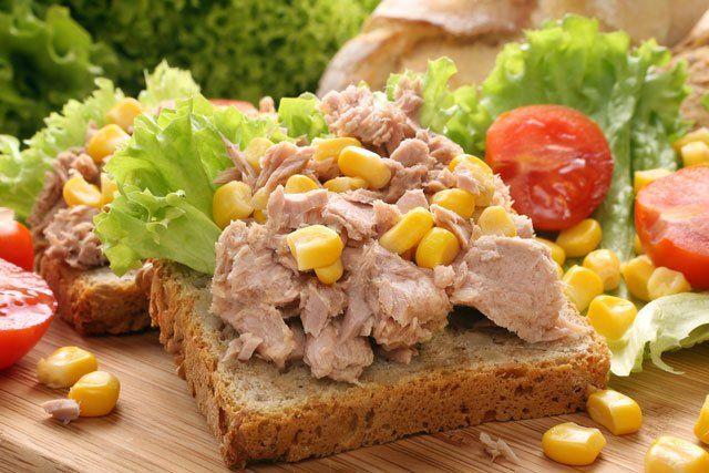 strongÖğle yemeği/strongbr /br /strong1. öneri/strong - 1 domates, 50 gr. Dardanel ton balığı, 1 çaykaşığı mayonez, 1 kaşık haşlanmış mısır, kıvırcık salata, 1 salatalık, 1 kaşık zeytinyağı ve limonla hazırlanmış salata. Ardırdan 1 orta boy muz.br /br /strong2. öneri/strong - 2 ince dilim ekmeği, 2 çay kaşığı tereyağı, 2 dilim peynirle hazırlanmış sandöviçin yanında 1 bardak portakal suyu ve elma.br /br /strong 3. öneri/strong- 1 tas domates veya karışık sebze çorbası, üzerine krem peynir…
