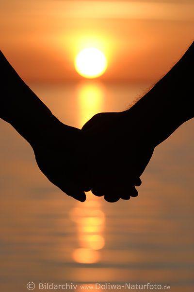 Tienimi per mano al tramonto, / quando la luce del giorno ...