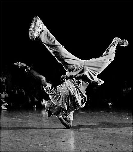 Le Break. Danse au sol, le break est le style emblématique de la culture hip hop. Créé à New York, il se caractérise par des figures et enchaînements acrobatiques au sol. Le terme break désigne la partie musicale où l'on n'entend plus que la batterie et la basse. Source image: www.lastfm.fr/... Source descriptif: www.passeursdecul...