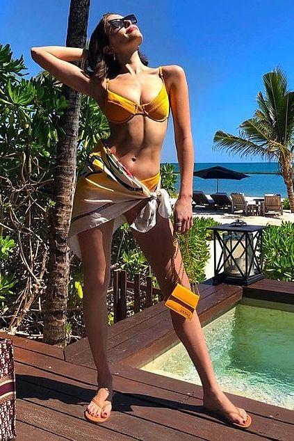 827820543ce7c Olivia Culpo wears a Yellow bikini and a Jacquemus Bag