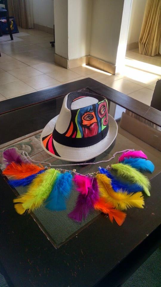 sombrero pintado y collar de plumas