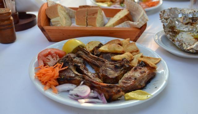 Gegrillte Lammchops in einem Restaurant in Chalkidiki