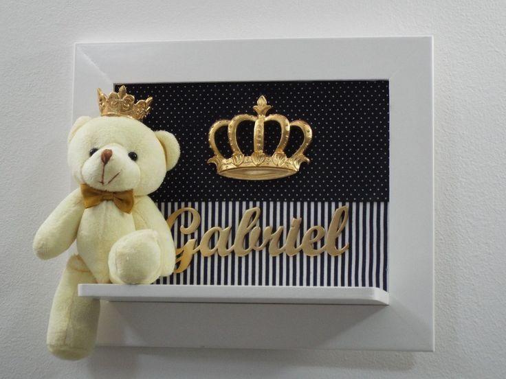 Coleção Realeza - Porta de Maternidade - Urso Príncipe <br> <br>Uma excelente escolha para receber seu Príncipe! <br> <br>Um presente mais que especial para decorar o quarto do bebê. <br> <br>A estampa do tecido pode ser escolhida de acordo com a decoração do quarto do bebê. <br> <br>01 Porta de Maternidade 25x30 em pintura laqueada com suporte para o ursinho <br> <br>Decoração com ursinho de pelúcia, resina e nome em MDF <br> <br>Por se tratar de um produto artesanal, pequenas variações de…