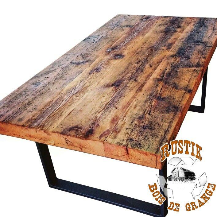 Table de madriers centenaires massif et base en acier noir.  Gorgeous reclaimed massive wood table with black iron base.