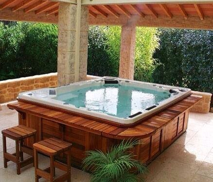 Wooden decking around spa home garden pinterest decking and spas - Jacuzzi en bois exterieur ...