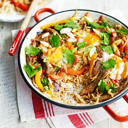 Alle ingredienten in dit recept gaan in 1 pan. Ideaal, want zo heb je een hoop minder afwas. De chilisaus en gember geven een zoetpittig smaakje aan het gerecht. 1. Kook de rijst gaar, giet af en zet apart. 2. Meng de chilisaus,...