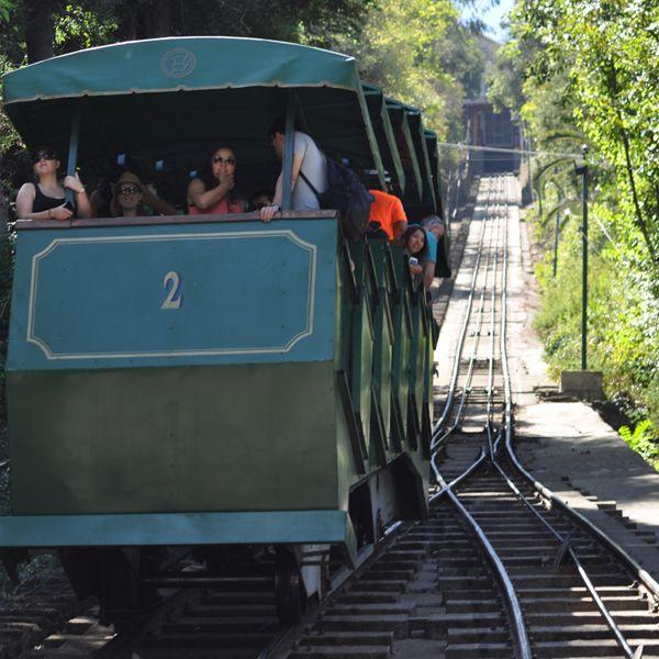 El funicular se Dantiago funciona desde 1925, llega desde la entrada Pío Nono del parque metropolitano, hasta la cumbre del Cerro San Cristóbal.