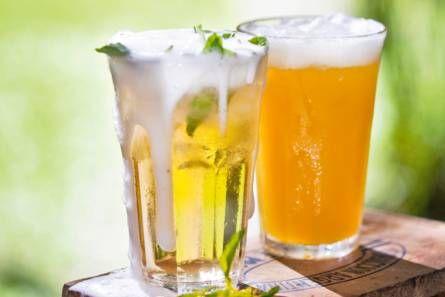 Gemberbiercocktail: Ingrediënten 1 limoen 4 takjes munt (bakje 15 g) 2 el gembersiroop (flesje 250 ml) 16 ijsblokjes 250 ml ginger ale 250 ml bier