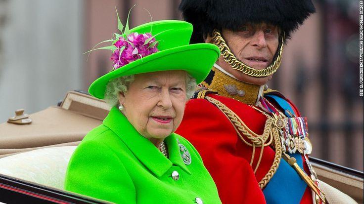 En los festejos oficiales por el cumpleaños 90 de la reina Isabel II sorprendió su brillante traje verde neón. (Crédito: Ben A. Pruccine/Getty Image Europe/Getty Images).