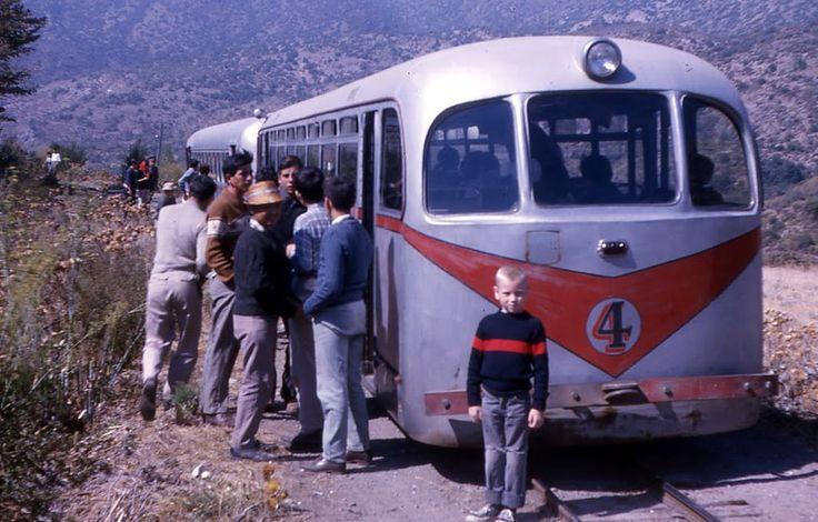 https://flic.kr/p/KQxiiZ | Explotado por el Ejército ( Ferrocarrileros de Puente Alto) servía desde Puente Alto al Volcán Chile, 1963, coleccion de Ryan Stansifer |  Esta foto es un registro gráfico  que muestra a dos automotores del FCM en tándem. Son además de dos modelos diferentes. El que está adelante es de los llegados pasada la mitad de los años 50s, y el de atrás es de los llegados a principios de los 60s, que fueron los últimos automotores llegados al Cajón.