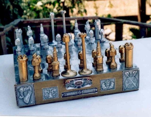 Scacchiera realizzata con pezzi del motore di una auto. Chess set made with car parts.