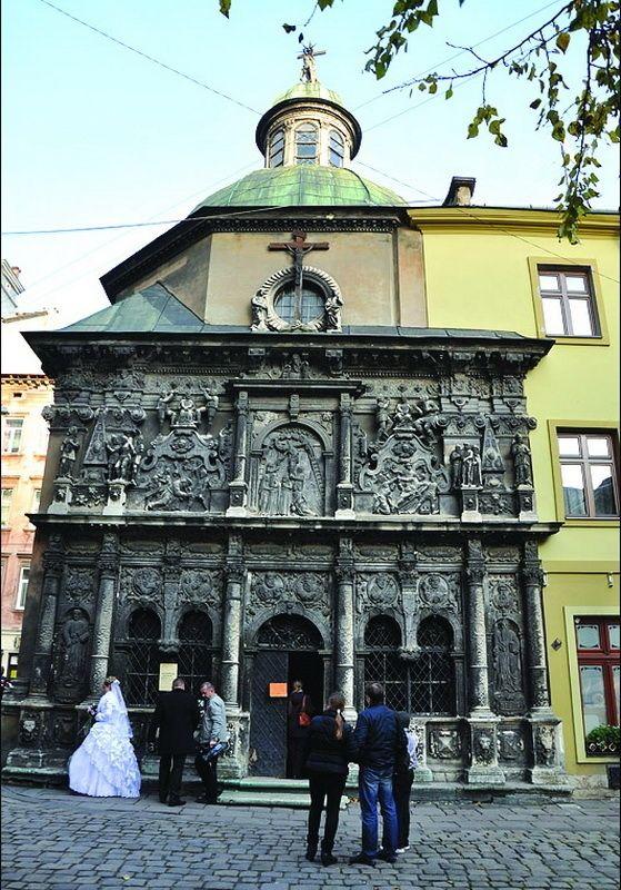 Ісус Христос – на куполі, чортеня з кухлем – на дверях. #WZ #Львів #Lviv #Новини #Леополіс  #памятник