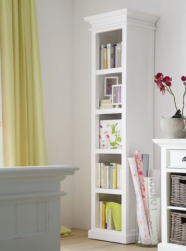 Smalle boekenkast wit hout van Nova Solo, bij Meubelen-Online https://www.meubelen-online.nl/boekenkast-wit-open-vakken-Wittevilla