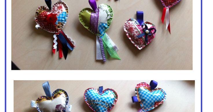 Zo maak je dat:  1. Teken op papier een hart van ongeveer 8 x 8 cm. 2. Knip dat uit en leg dat op het zeil. Trek het hart 2x over. 3.Knip d...