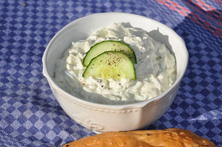 Die Grillsaison ist im vollen Gange. Wir machen unseren Tzatziki mit abgetropftem Joghurt. Wer nicht so lange warten möchte, kann ihn auch ohne Abtropfen verarbeiten, dann ist der Tzaziki etwas flü…
