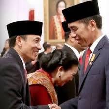 Beni Pramula: Angkat Menteri Berkewarganegaraan Asing Jokowi Bisa Dimakzulkan  Jokowi menyalami Arcandra Tahar usai melantiknya sebagai Menteri ESDM pada 27 Juli 2016 lalu  JAKARTA (SALAM-ONLINE): Presiden Pemuda Asia Afrika Beni Pramula menilai pengangkatan Menteri ESDM Arcandra Tahar yang berkewarganegaraan Amerika Serikat (AS) bukanlah merupakan peristiwa kecolongan tetapi sejak awal sudah diketahui oleh pihak Istana. Hal ini ujar Beni merupakan peristiwa yang sangat memalukan bagi bangsa…