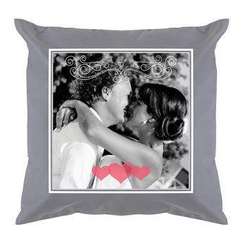 Verras je geliefde met een leuk kussen met daarop jullie favoriete foto of gebeurtenis, zoals jullie bruiloft.  #Sinterklaas #kussen #liefde #bank #bed