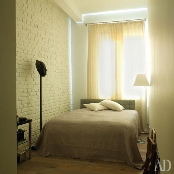 Спальня. Кровать, Alivar. Антикварная голова Будды была куплена хозяином квартиры на Бали. Торшер, Luceplan.