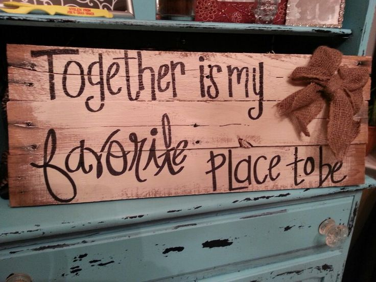 Pallet sign with burlap bow