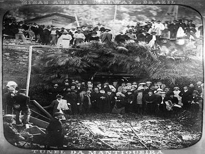 D. Pedro II na inauguração do Túnel da Mantiqueira da Estrada de Ferro que ligava o Rio de Janeiro a Minas Gerais. Fotografia de Marc Ferrez (1843-1923)