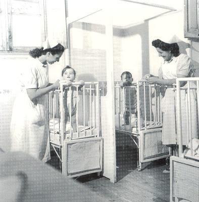 ΔΗΜΟΤΙΚΟ ΒΡΕΦΟΚΟΜΕΙΟ ΑΘΗΝΩΝ, 1947-1950. ΓΥΝΑΙΚΕΣ ΒΡΕΦΟΚΟΜΟΙ ΜΕ ΜΩΡΑ. ΜΩΡΑ ΖΗΤΟΥΝ ΕΝΑ ΧΑΔΙ ΑΠΟ ΤΙΣ ΝΟΣΟΚΟΜΕΣ. ΦΩΤΟΓΡΑΦΙΑ ΒΟΥΛΑ ΠΑΠΑΙΩΑΝΝΟΥ