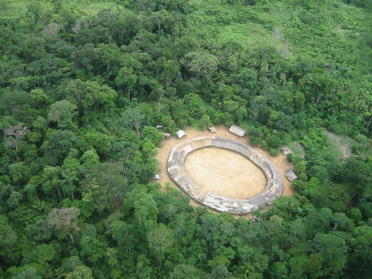 Vista aérea da aldeia Demini do povo Yanomami, Amazonas. Foto: Marcos Wesley/CCPY, 2005   Os Yanomami formam uma sociedade de caçadores-agricultores da floresta tropical do Norte da Amazônia cujo contato com a sociedade nacional é, na maior parte do seu território, relativamente recente.