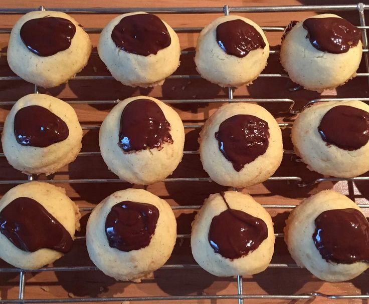 """Rezept """"Schneewittchens Kuss"""" - Kekse mit Amarena-Kirschen von koenigin247 - Rezept der Kategorie Backen süß"""
