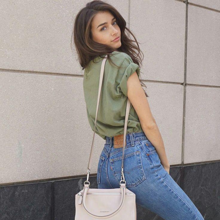 T-shirt verde, mom jeans, bolsa beje
