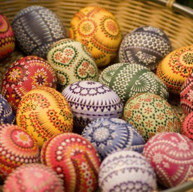 Pâques est la plus importante fête chrétienne. Elle commémore la résurrection de Jésus-Christ énoncée par la Bible, le troisième jour après sa passion. La solennité commence le dimanche de Pâques, …